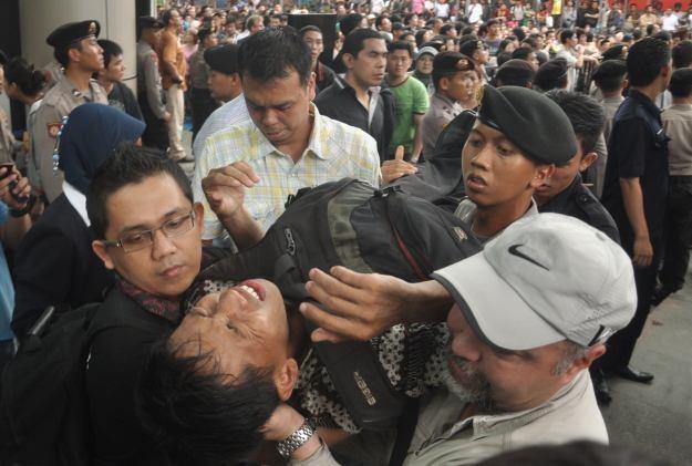 Skutkiem premiery nowego BB w Indonezji są dziesiątki rannych /AFP