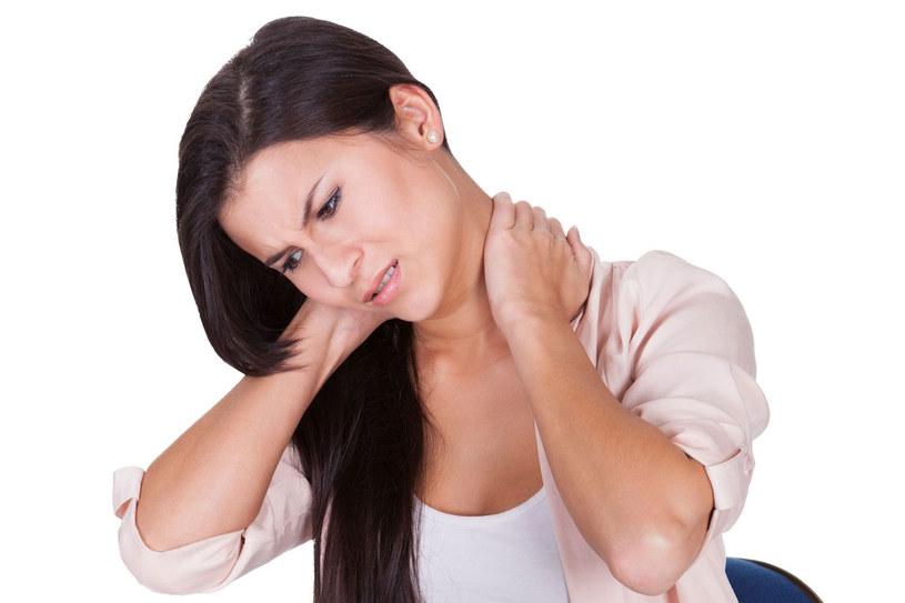 Skutkiem zmian w odcinku szyjnym mogą być bóle głowy. /123RF/PICSEL