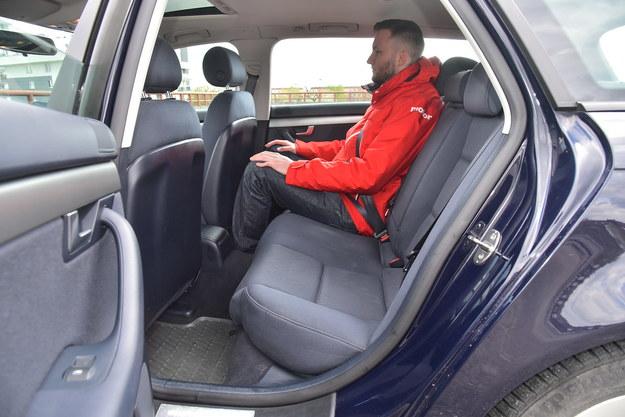 Słabą stroną Audi A4 B7 jest ograniczona przestrzeń na kanapie (miejsca starcza do 185 cm wzrostu). /Motor
