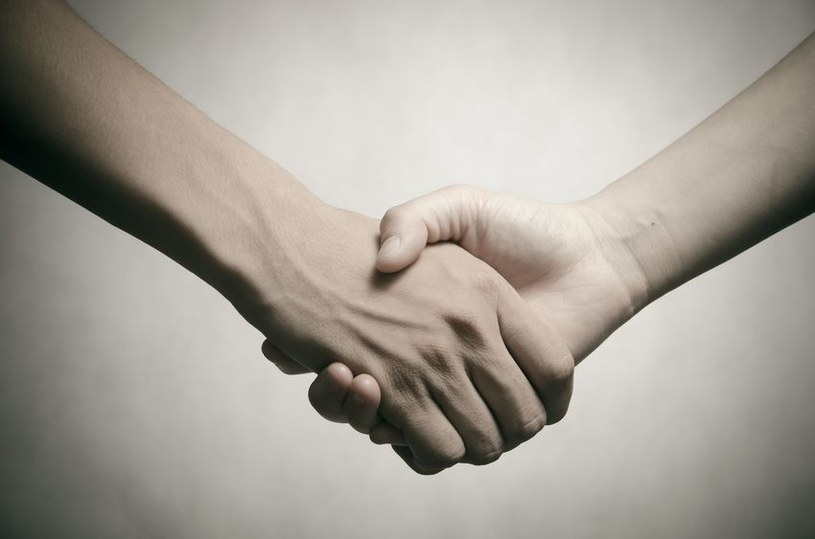 Słaby uścisk dłoni może świadczyć o poważnych chorobach /123RF/PICSEL