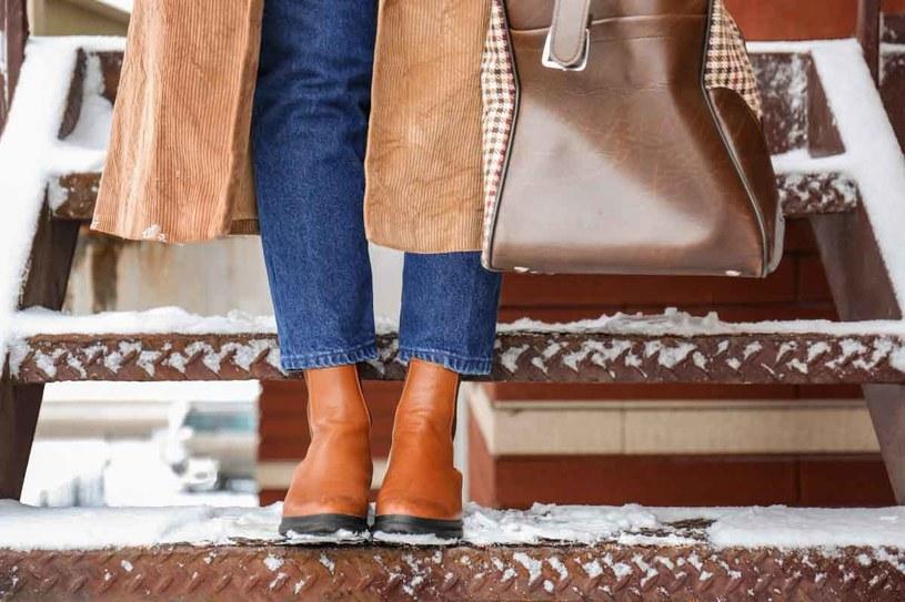 Śladów soli na butach nie zmywaj wodą. /123RF/PICSEL