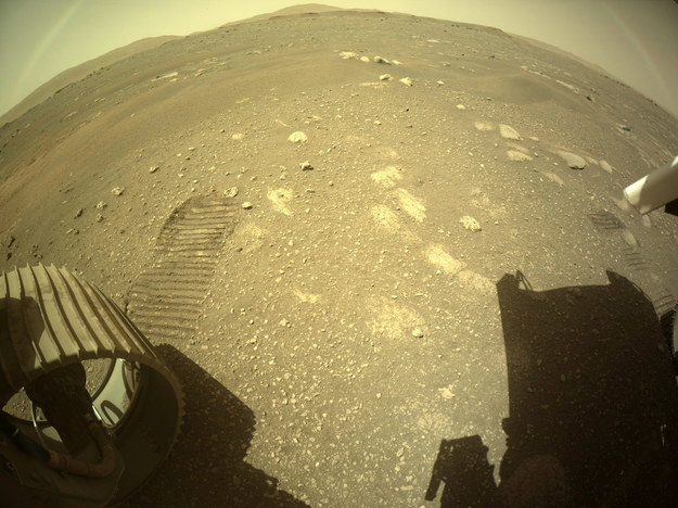 Ślady bieżnika kół łazika /NASA/JPL-Caltech HANDOUT /PAP/EPA