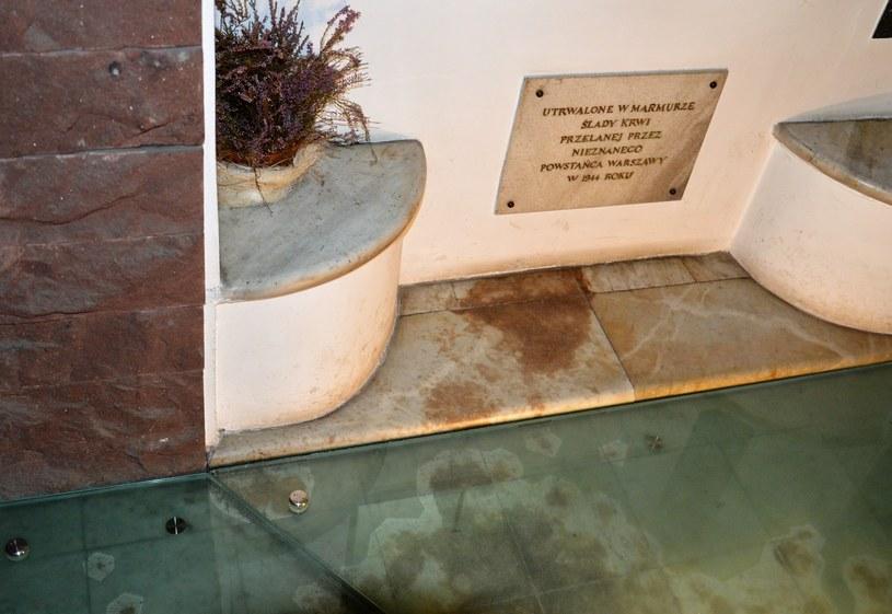 Ślady krwi powstańca na klatce schodowej dawnej willi Pniewskiego w alei Na Skarpie, fot. Tomasz Stańczyk /