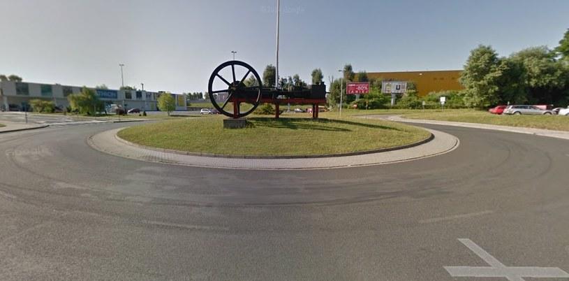 Ślady opon nie są przypadkowe...  Fot: Street View /