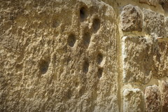 Ślady pazurów Diabła Boruty na wieży Kolegiaty w Tumie