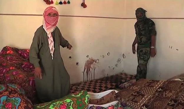 Ślady po kulach i rozbryzgi krwi w jednym z domów /AFP