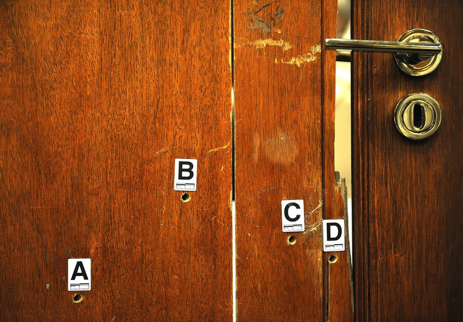 Ślady po kulach w drzwiach łazienki w domu Oscara Pistoriusa /ANTOINE DE RAS/POOL /PAP/EPA