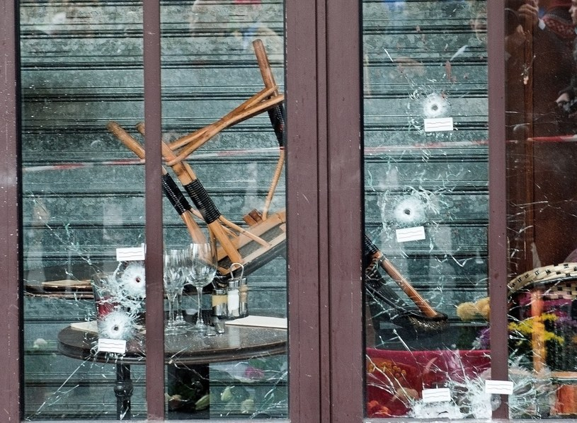 Ślady po kulach w witrynie jednej z kawiarni, w której 13 listopada 2015 roku dokonano zamachu /Marta Darowska /Reporter