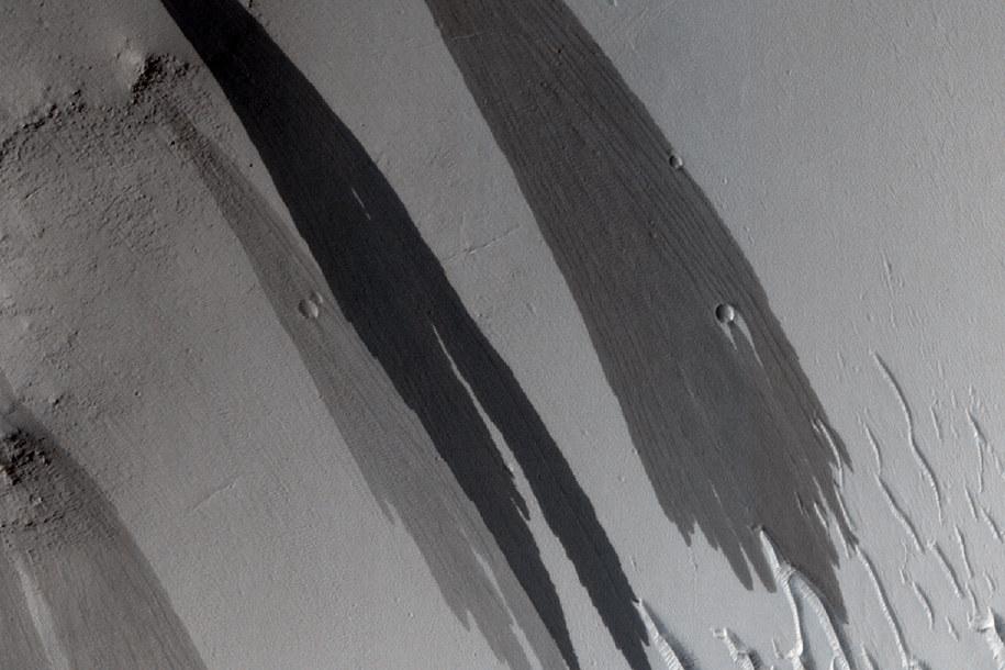 Ślady strumieni, czy lawiny? /NASA/JPL/University of Arizona  /materiały prasowe