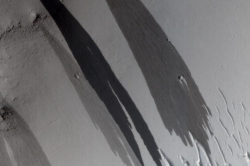 Ślady strumieni, czy lawiny? /NASA