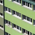 Śląskie: 3-latka siedziała na zewnętrznym parapecie okna na drugim piętrze