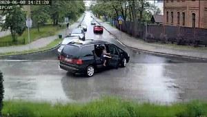 Śląskie: Chłopiec wypadł z samochodu