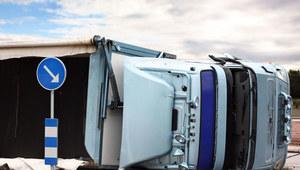 Śląskie: Ciężarówka stoczyła się do żwirowni. Kierowca w ciężkim stanie