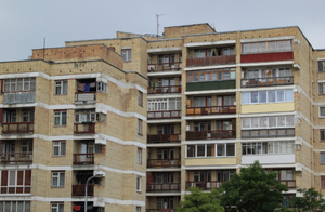 Śląskie: Ośmiolatka wypadła z balkonu na trzecim piętrze