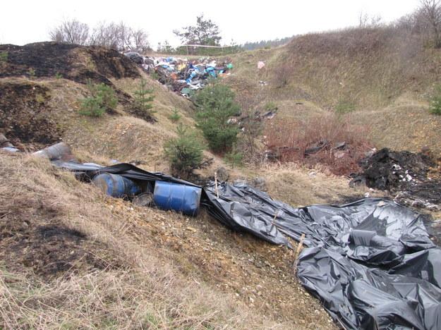 Śląskie: Znaleziono prawie sto beczek z niebezpiecznymi chemikaliami