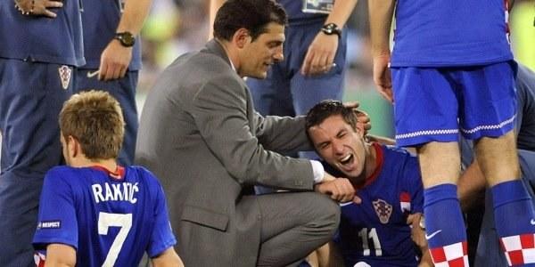 Slaven Bilić jak ojciec dla swych piłkarzy. Tu pociesza Darijo Srnę. /AFP