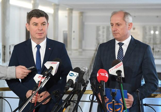 Sławomir Neumann oraz rzecznik PO, poseł Jan Grabiec  podczas konferencji prasowej w Sejmie / PAP/Radek Pietruszka /PAP
