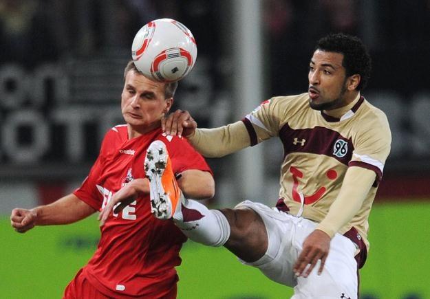Sławomir Peszko (z lewej) z FC Koeln kontra Carlitos (Hannover). /AFP
