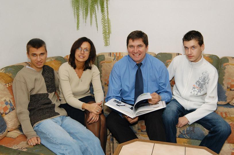 Sławomir Świerzyński z rodziną (Sebastian pierwszy od lewej), fot. Marek Szymański /Reporter