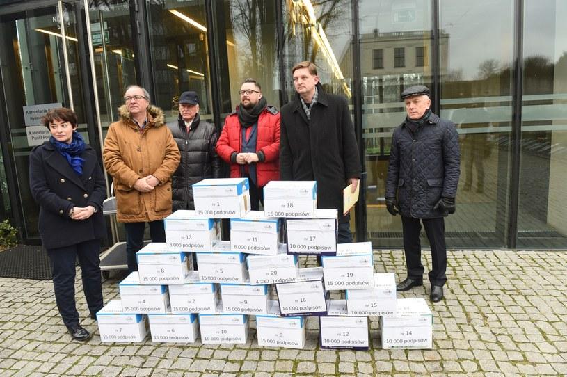 SLD i Obywatelski Komitet Inicjatywy Ustawodawczej FSSM podczas składania 100 tys. podpisów przeciwko ustawie dezubekizacyjnej, listopad 2018 /Jacek Dominski/ /Reporter