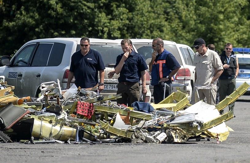 Śledczy badają szczątki zestrzelonego samolotu /AFP