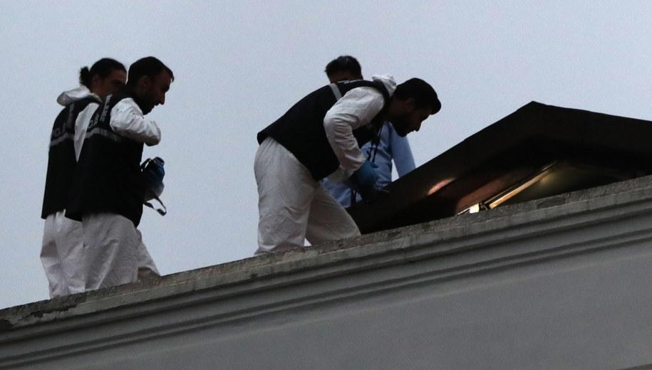 Śledczy na dachu saudyjskiego konsulatu /ERDEM SAHIN /PAP/EPA