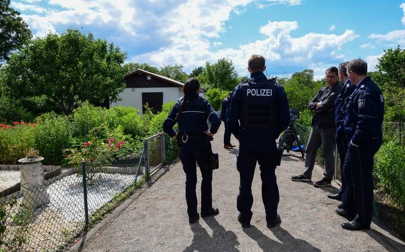 Śledczy przed domkiem letniskowym, w którym miało dojść do wykorzystywania dzieci /AFP