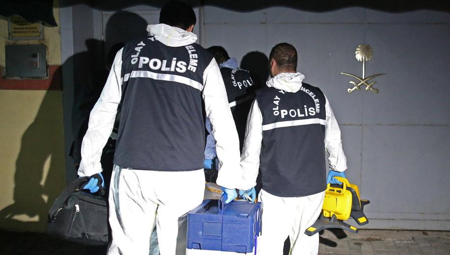 Śledczy przy saudyjskim konsulacie w Stambule /ERDEM SAHIN /PAP/EPA