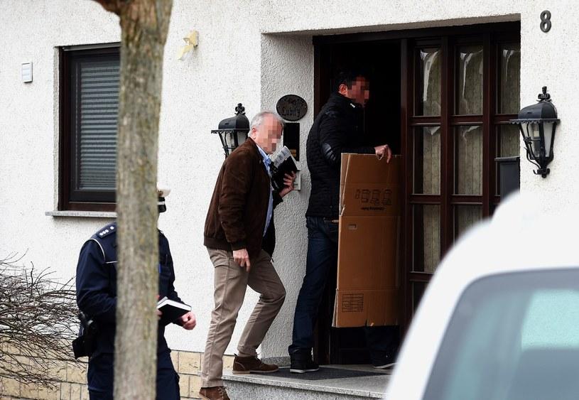 Śledczy wchodzą do domu pilota airbusa. /AFP