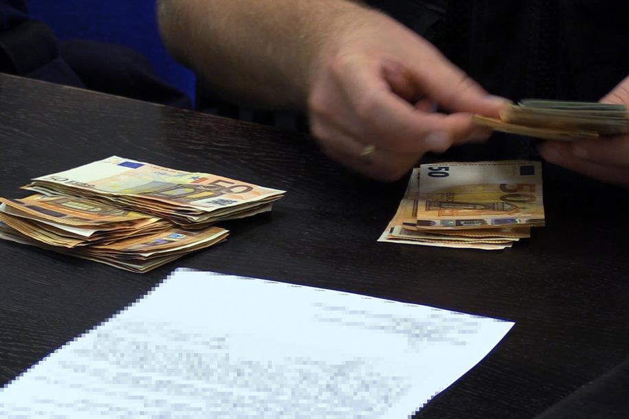 Śledczy zabezpieczyli mienie należące do podejrzanych, m.in. pieniądze. /CBŚP /Policja