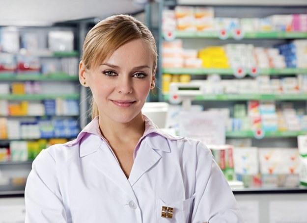Śliczna farmaceutka przyciągnie do apteki każdego! /© Panthermedia