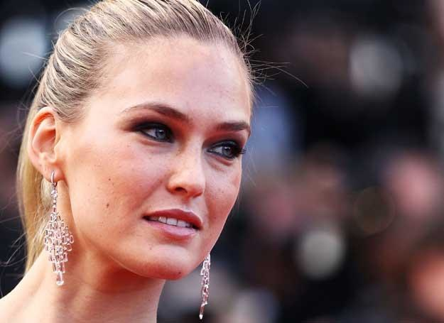 Śliczna modelka na każdej imprezie pojawia się w diamentowej biżuterii /Getty Images/Flash Press Media