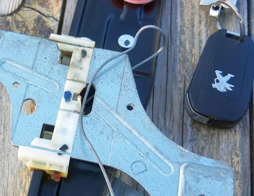Ślizgi czy spinki mechanizmu podnoszenia szyb wykonane są z kruchego plastiku /INTERIA.PL