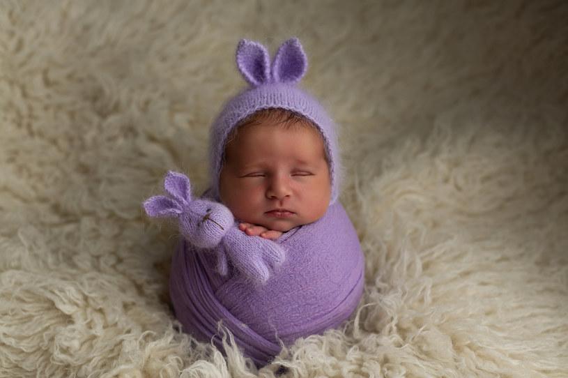 Słodka sesja noworodkowa? Jednym kliknięciem możesz zrujnować dziecku życie... /123RF/PICSEL