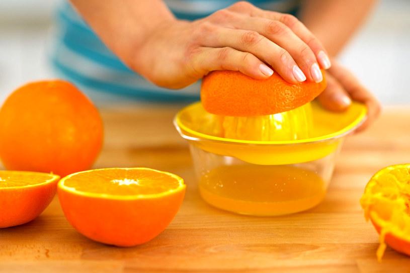 Słodkie i soczyste pomarańcze z powodzeniem zastąpią słodkości zawierające mnóstwo cukru, który sprzyja stłuszczeniu wątroby /123RF/PICSEL