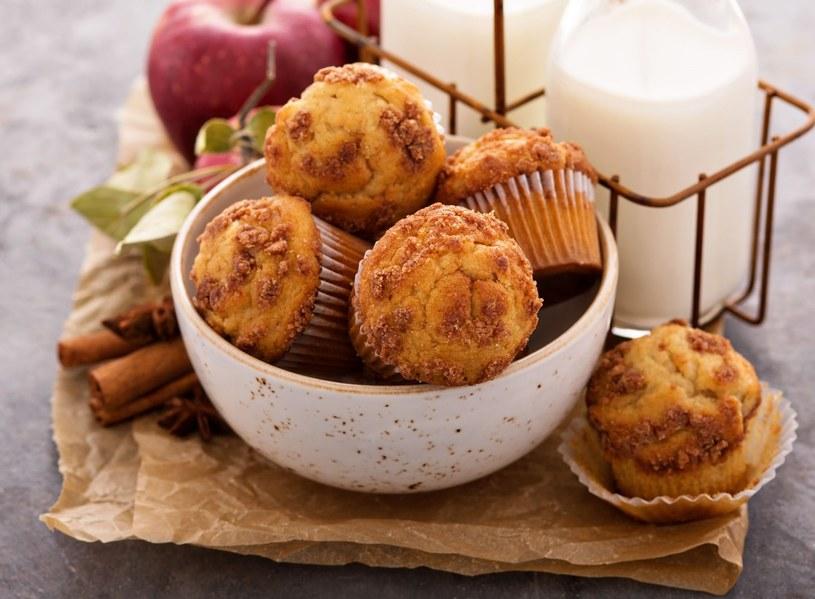 Słodkie muffiny z jabłkiem i dodatkiem płatków owsianych /123RF/PICSEL