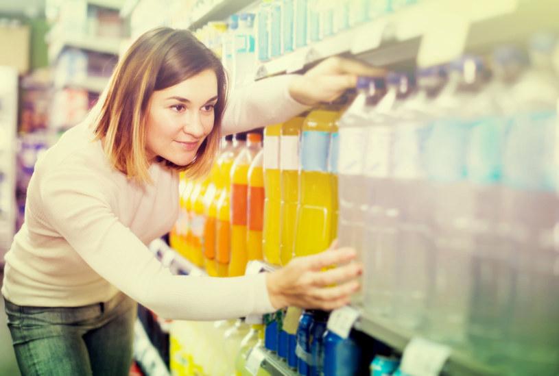 Słodkie napoje pite bez kontroli mogą prowadzić do niealkoholowego stłuszczenia wątroby /123RF/PICSEL