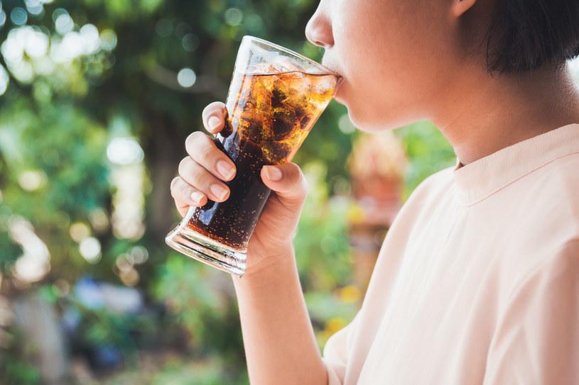 Słodkie napoje są bardzo szkodliwe dla naszych zębów /123RF/PICSEL