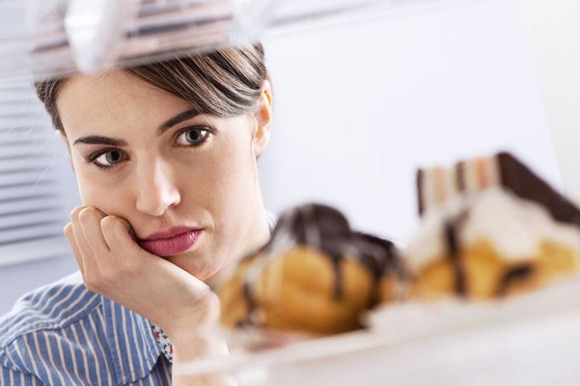 Słodkie, tłuste i obfite posiłki bardzo obciążają wątrobę. Jeśli nie możesz się powstrzymać, jedz małe porcje /123RF/PICSEL