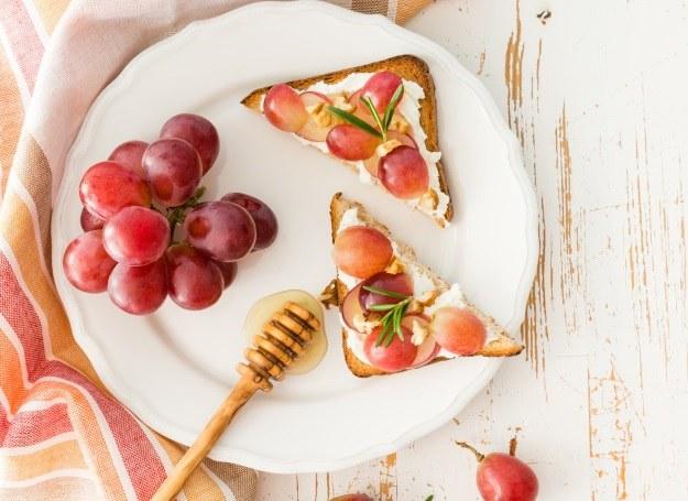 Słodkie tosty z twarożkiem i owocami /materiały prasowe