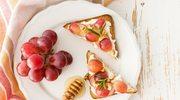 Słodkie tosty z twarożkiem i winogronami