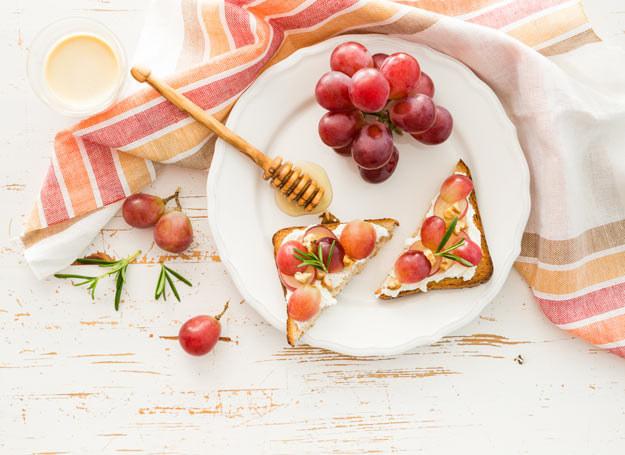 Słodkie tosty z twarożkiem i winogronami /materiały prasowe /materiały prasowe