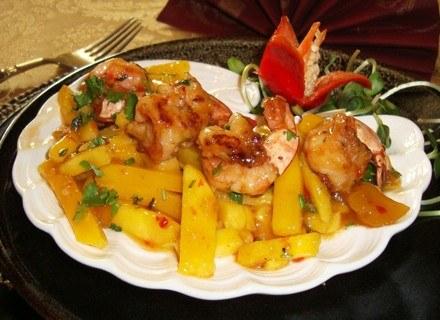 Słodko-ostra sałatka z mango i krewetek /materiały prasowe