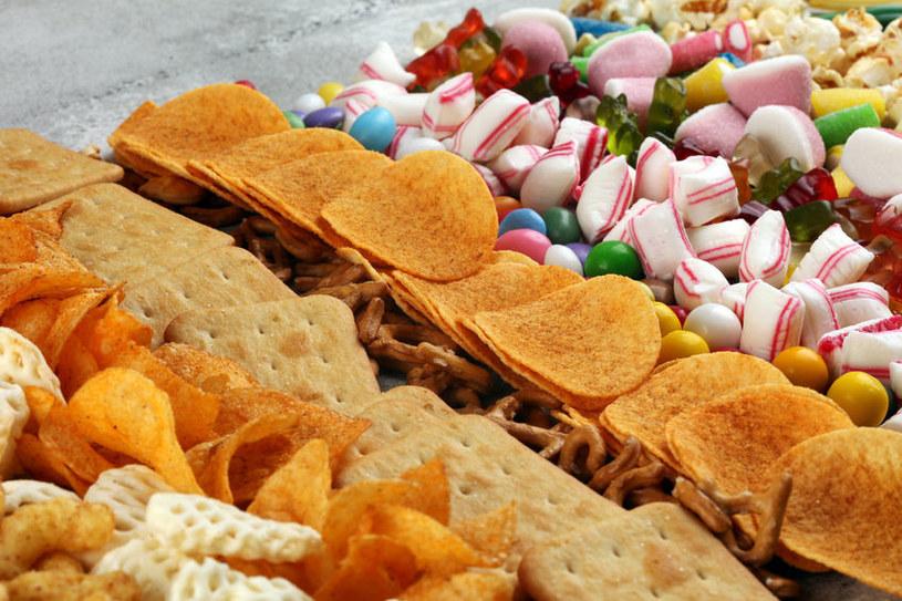 Słodycze i słone przekąski /©123RF/PICSEL