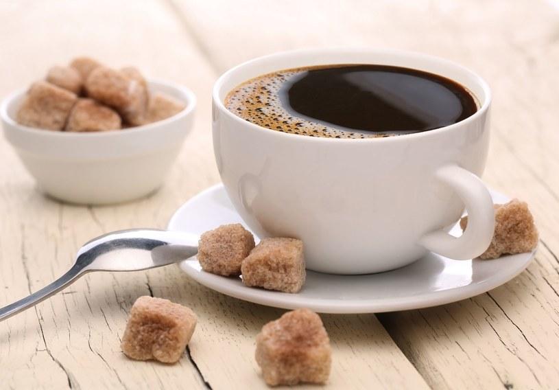 Słodzenie kawy to poważny błąd /123RF/PICSEL