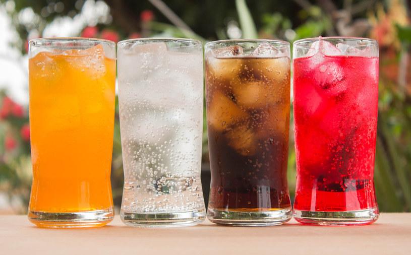 Słodzone napoje gazowane bardzo szkodzą zębom /123RF/PICSEL