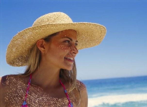 Słońce dodaje nam energii, pozytywnie nastawia do świata, nie wspominając o pięknej opaleniźnie /ThetaXstock