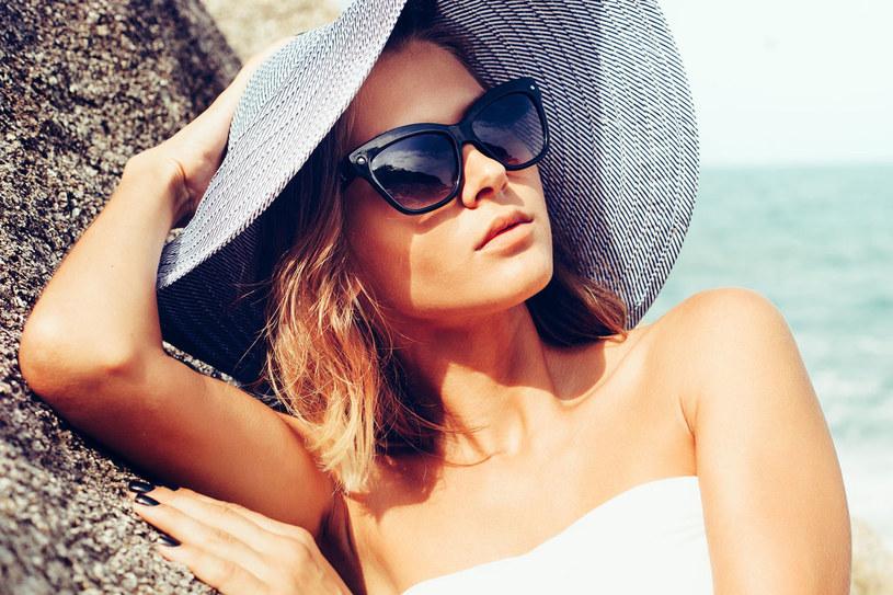 Słońce i wiatr mogą poważnie uszkodzić skórę twarzy. Pamiętaj o tym głównie latem w słonecznie dni /123RF/PICSEL