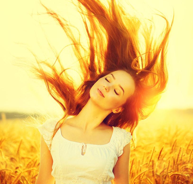 Słońce może bardzo szybko wysuszyć nasze włosy. Dlatego warto pamiętać, by należycie je chronić /123RF/PICSEL