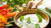 Słone sosy jogurtowe: raita i tzatziki